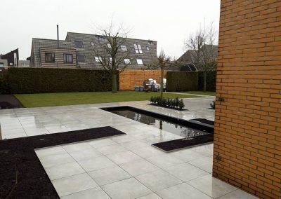 Moderne achtertuin met vijver